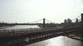 East河的鸟瞰图在纽约,美国 寄生虫飞行在布鲁克林大桥的,在曼哈顿桥梁的看法 股票录像