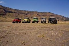 EAST JAVA INDONESIA-NOV 21: Färgglade jeepar på den Blok savanaen i soluppgång tänder i den Bromo Tengger Semeru nationalparken Royaltyfri Bild