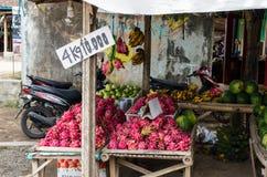 EAST JAVA INDONESIEN JANUARI 2017: Lokalen shoppar var du kan köpa 4 kilogram av drakefruktpitayaen för 10000 Rp Royaltyfria Bilder