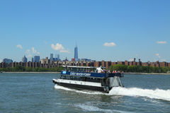 East River ferry boat rides in Midtown Manhattan Stock Images