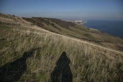East Sussex, Angleterre - cieux bleus, eaux et deux ombres image stock