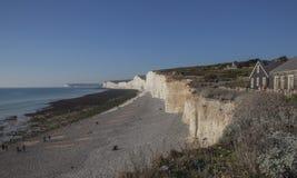 East Sussex, Angleterre - cieux bleus, eaux et falaises blanches photo stock