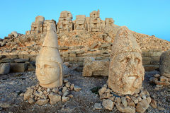 East terrace of Mount Nemrut at sunrise with the head in front o Stock Photos