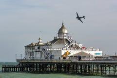 EASTBOURNE ÖSTLIG SUSSEX/UK - AUGUSTI 11: Dakota som flyger över fotografering för bildbyråer