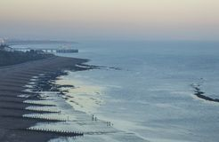 Eastbourne, East Sussex, England - das Meer, Himmel und der Pier an der Dämmerung lizenzfreie stockfotos