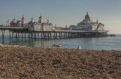 Eastbourne, Engeland, East Sussex, het UK - het strand en de pijler royalty-vrije stock afbeelding