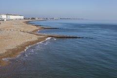 Eastbourne, Engeland - zonnige dag bij de strandboulevard - blauwe wateren van het overzees en een strand stock afbeelding