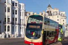EASTBOURNE, HET OOSTEN SUSSEX/UK - 7 JANUARI: Bussen die in Eastbo wachten stock afbeelding