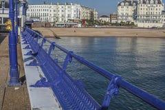 Eastbourne, Inghilterra - il lungonmare - il pilastro immagine stock