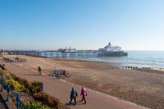 Eastbourne-Pier morgens an einem sonnigen Tag - EASTBOURNE, VEREINIGTES KÖNIGREICH - 27. FEBRUAR 2019 lizenzfreie stockfotografie