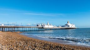 Eastbourne pir i h?rlig solig dag fotografering för bildbyråer