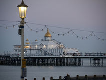 Eastbourne pir i ljus för sen afton Arkivbild