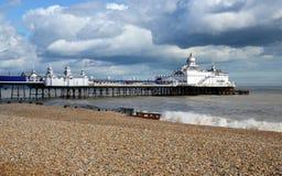 Eastbourne pir och strand, östliga Sussex, England, UK arkivfoto
