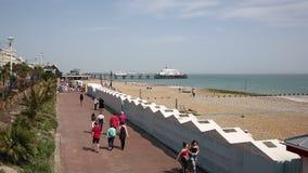 Eastbourne Reino Unido com os povos que andam no passeio da frente marítima filme