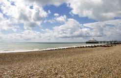 Eastbourne-Strand und -pier im Sommer-Sonnenschein stockfotografie