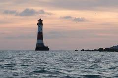 19/09/2018 Eastbourne, Zjednoczone Królestwo Beachy Kierownicza latarnia morska w morzu i zmierzch na tle obraz stock