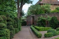 Eastcote Mieści ogródy, dovecote obok historycznego izolującego ogródu w podgrodziu Hillingdon, Londyn, UK obraz royalty free