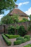Eastcote Mieści ogródy, dovecote obok historycznego izolującego ogródu w podgrodziu Hillingdon, Londyn, UK obrazy stock