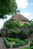 Eastcote Mieści ogródy, dovecote obok historycznego izolującego ogródu w podgrodziu Hillingdon, Londyn, UK zdjęcia royalty free
