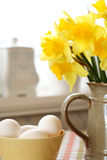 Easter. Eggs and daffodils in easter Royalty Free Stock Photography