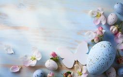 easter bakgrund med den easter ägg och våren blommar Top beskådar Fotografering för Bildbyråer