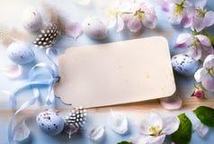 easter bakgrund med den easter ägg och våren blommar Top beskådar royaltyfria foton