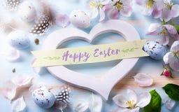 easter bakgrund med den easter ägg och våren blommar Top beskådar Royaltyfria Bilder