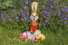 Easter basket in front of rockcress Stock Photography
