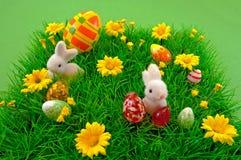 Easter Bunnys na grama Imagens de Stock