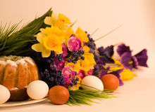 Easter cake with Easter eggs and spring flowers Stock Photos