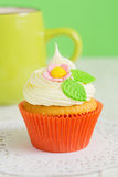 Easter cupcakes decorated with flowers on green background with Royalty Free Stock Photos