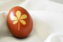 Easter egg colored naturally, leaf pattern, silk background Royalty Free Stock Photos