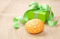 Easter egg and green gift box Royalty Free Stock Images
