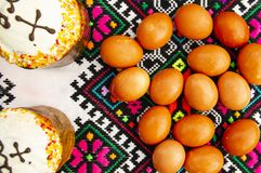 Easter eggs and Easter bread on a Ukrainian towel royalty free stock photos
