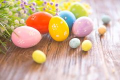Easter eggs and spring flowers on rustic wooden background Royalty Free Stock Photos
