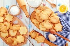 Easter feliz Coelhinhos da Páscoa do cozimento Ingredientes com decoração da Páscoa Imagem de Stock Royalty Free
