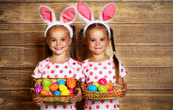 Easter feliz! irmãs bonitos das meninas dos gêmeos vestidas como coelhos com e Imagem de Stock