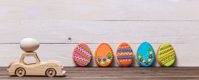 Easter feliz! O carro retro do brinquedo de madeira leva ovos em um fundo de madeira Fundo conceptual da Páscoa fotografia de stock royalty free