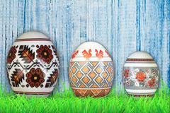 Easter feliz Ovos de Easter coloridos na grama verde Fotos de Stock Royalty Free