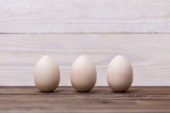 Easter feliz! Ovos de madeira em um fundo de madeira Fundo conceptual da Páscoa fotos de stock