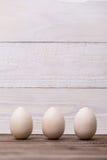 Easter feliz! Ovos de madeira em um fundo de madeira Fundo conceptual da Páscoa fotografia de stock