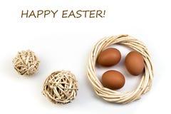 Easter feliz Ovos isolados no fundo branco Bolas, grinalda tecida das videiras Copie o espaço para o texto Vista superior Fotos de Stock