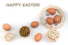 Easter feliz Ovos isolados no fundo branco Bolas, grinalda tecida das videiras Copie o espaço para o texto Vista superior Fotos de Stock Royalty Free
