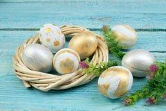 Easter feliz ovos isolados no fundo de madeira da tabela Bolas, grinalda tecida das videiras Copie o espaço para o texto alto Imagens de Stock Royalty Free