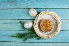 Easter feliz Ovos pintados na tabela de madeira Bolo da Páscoa - russo e Kulich tradicional ucraniano, pão da Páscoa de Paska Fotografia de Stock
