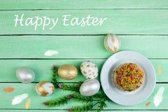Easter feliz Ovos pintados na tabela de madeira Bolo da Páscoa - russo e Kulich tradicional ucraniano, pão da Páscoa de Paska Imagem de Stock