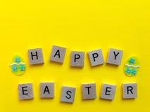 Easter feliz Palavras isoladas no amarelo Conceito creativo imagens de stock royalty free