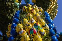 easter fontanna z jajkami i kurczak protestujemy dekorację zdjęcia royalty free