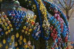 easter fontanna z jajkami i kurczak protestujemy dekorację Zdjęcie Royalty Free