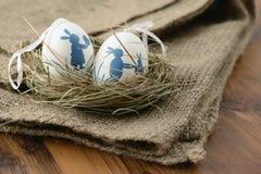 easter jajka w gniazdeczku na drewnianym tle Obrazy Stock